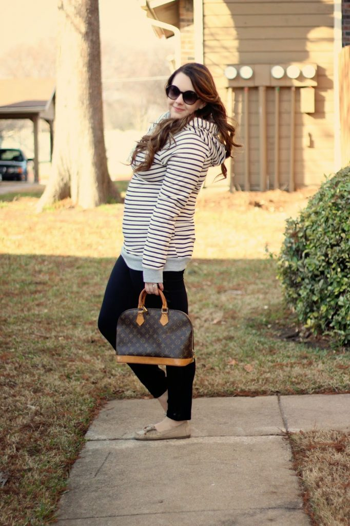 This outfit looks super comfy and perfect for on-the-go moms and women.